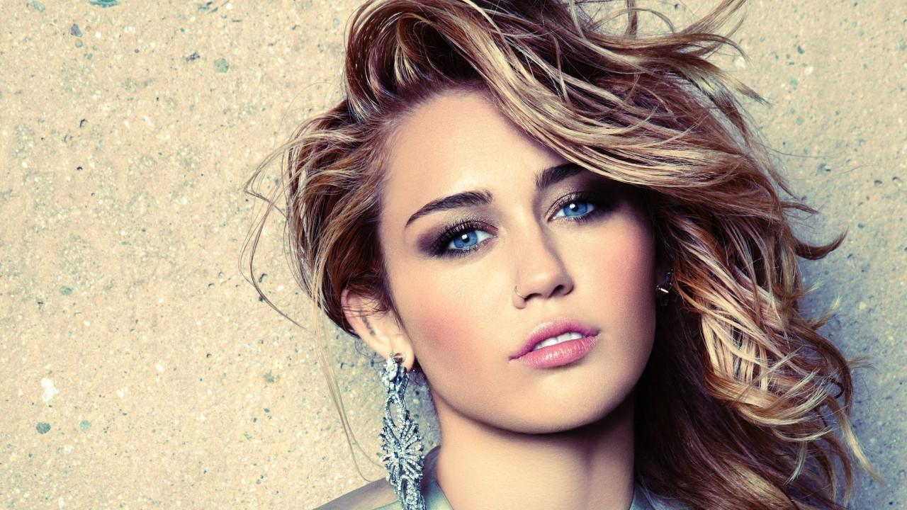 miley-cyrus-singer-blonde-blue-eyes-pink-lipstick
